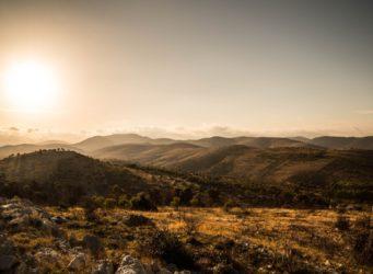 Wild West Kulisse mit trockenen Hügeln und Bergen